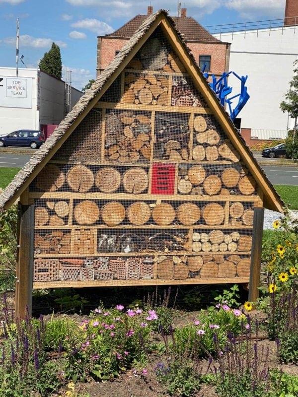 XXL Insektenhotel mit sehr grenzwertiger Füllung
