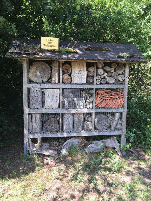 Wildbienennisthilfe fast gut